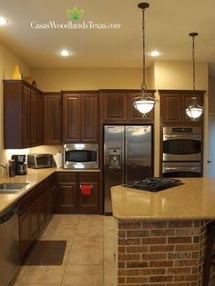 La cocina cuenta con gabinetes de madera, encimeras de granito y electrodomésticos de acero inoxidable. #Cocinas #Interiores #CasasEnVenta