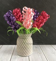 Hyacinten knutselen van papier is leuk en helemaal niet ingewikkeld. En wat staat het leuk in huis, in de klas of op het werk zo'n bos fleurige zelfgemaakte hyacinten!