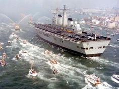 Royal Navy aircraft carrier HMS Invincible returning home after the Falklands War. She was used to launch short range Sea Harrier Jump Jets to combat Argentine aircraft. Marina Real, Falklands War, History Online, Argentine, Royal Marines, Navy Ships, Aircraft Carrier, Royal Navy, Battleship