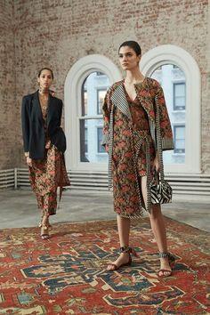 The complete Oscar de la Renta Pre-Fall 2019 fashion show now on Vogue Runway. Runway Fashion, Fashion News, High Fashion, Fashion Outfits, Womens Fashion, Fashion Trends, Feminine Fashion, Ladies Fashion, Fall Collection