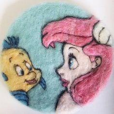 ディズニー大好きなのでまずはリトルマーメイドから。やっぱりアリエルが一番好き♡コースターじゃなくて女の子の鞄とかにアレンジ出来たら可愛いんだろうけど身近に女児がいない(;_;)プリンセス好きの女の子がいたらプレゼントするのになぁ……。#リトルマーメイド#アリエル#羊毛フェルト#コースター#ディズニー#ディズニープリンセス #キッチン雑貨 #ハンドメイド#可愛い#thelittlemermaid #ariel #disney#disneylove #needlefelting#handmade#coaster#cute #kawaii