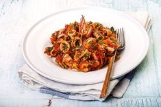 Kalamari with leek and tomato How To Cook Fish, Food Categories, Mediterranean Recipes, Greek Recipes, Fish And Seafood, Ratatouille, Risotto, Macaroni And Cheese, Spaghetti