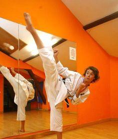 El joven karateka acude tres veces por semana al gimnasio. :