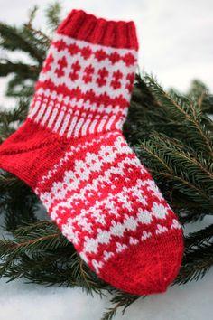 Sweet things: Adventtisukat 2017 - osa 4 Wool Socks, Knitting Socks, Christmas Cross, Mittens, Christmas Stockings, Knit Crochet, Diy And Crafts, Crochet Patterns, Cross Stitch
