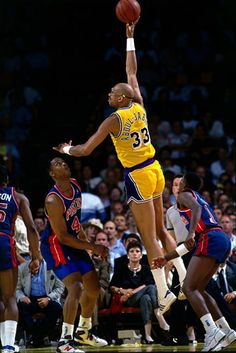 Abdul-Jabbar goes up for a sky hook against the Detroit Pistons((Andrew D. Basketball Photos, Basketball Legends, Nba Players, Basketball Players, Jordan Basketball, Showtime Lakers, Mike Tyson Boxing, Kareem Abdul Jabbar, Basketball