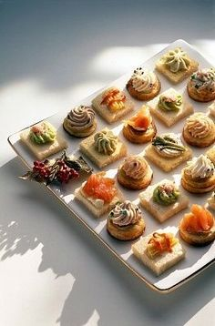 finger food mousses piped onto crackers and breads Party Finger Foods, Snacks Für Party, Finger Food Appetizers, Appetizer Recipes, Snack Recipes, Cooking Recipes, Aperitivos Finger Food, Food Platters, Catering Platters