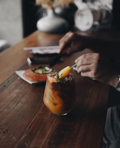 This girl runs on strong coffee and powerful words How To Make Coffee, Making Coffee, Coffee Pods, Slow Living, Sangria, Moscow Mule Mugs, Biodegradable Products, Food Photography, Beverages