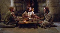 Lucas 24:13–33, el Cristo resucitado camina con dos discípulos