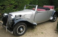 Ancien cabriolet de collection, Citroën Traction 11 BL de 1938, voiture décapotable de couleur grise et noir.