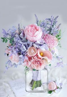 The pastel flowers bouquet is a charming display of exquisite elegance and beauty and to decorate your modern homes. This hand glazed pastel vase, is a centre piece with an assortment of pastel flowers. Rosen Arrangements, Rose Flower Arrangements, Peony Arrangement, Flower Vases, Flowers In A Vase, Roses Vase, Flower Art, Pastel Flowers, Diy Flowers