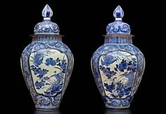 Pareja de jarrones octogonales con tapa Arita, Japón, Periodo Edo (S.XVII) Porcelana blanca y azul Alt. 97 cm 有田焼?