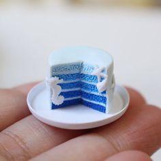 夏らしいブルーカラーのオンブレケーキ . 夏は粘土がすぐに柔らかくなるのでカットは時間との勝負です(*゚▽゚*) . #ケーキ #フェイクスイーツ #フェイクフード #ミニチュア #ドールハウス #ハンドメイド #ポリマークレイ #cake #miniture #dollhouse #handmade #polymerclay #clay