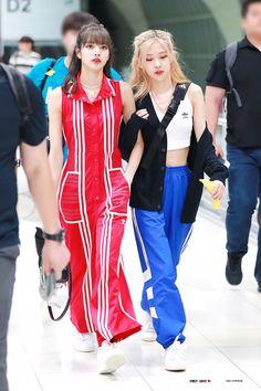 Foto Rose, 1 Rose, Black Pink Kpop, Velvet Fashion, Blackpink Photos, Entertainment, Blackpink Fashion, Jennie Blackpink, Airport Style
