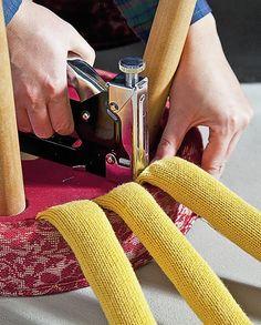 Πώς να ντύσετε παλιά σκαμπό με κομμάτια από μπλούζες! - Toftiaxa.gr | Κατασκευές DIY Διακοσμηση Σπίτι Κήπος Diy Furniture Decor, Diy Furniture Projects, Diy Home Crafts, Diy Home Decor, Old Sweater Crafts, Diy Footstool, Alter Pullover, Stool Covers, Plastic Baskets