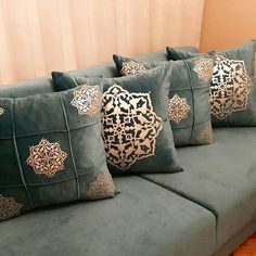 Best 35 Home Decor Ideas - Lovb Diy Pillows, Sofa Pillows, Throw Pillows, Sofa Design, Pillow Design, Grey Cushion Covers, Decorative Cushions, Home And Deco, Bed Styling