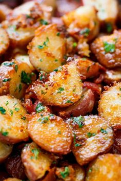 Roasted Garlic Butter Parmesan Potatoes - These epic roasted potatoes with garli. Roasted Garlic Butter Parmesan Potatoes - These epic roasted potatoes with Side Dish Recipes, Easy Dinner Recipes, Easy Meals, Lunch Recipes, Dessert Recipes, Easy Recipes, Parmesan Bratkartoffeln, Vegetable Recipes, Chicken Recipes