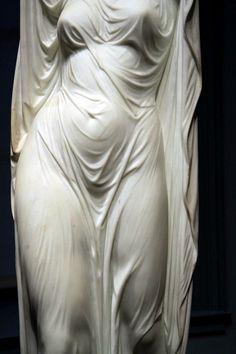 Até estátua fica bem de branco.