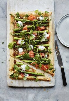 Open puff pastry with asparagus and smoked salmon -- H & G mag. Whether pastry is oiled between layers Asparagus Appetizer, Asparagus Recipe, Salmon And Asparagus, Puff Pastry Recipes, Picnic Foods, How To Make Salad, Smoked Salmon, Original Recipe, Dressings