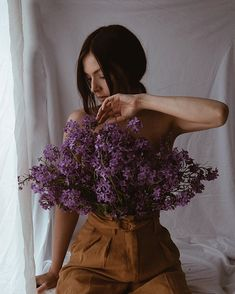 Vintage Photography, Portrait Photography, Flower Film, Photo Poses For Couples, Photoshoot Themes, Spring Photos, Insta Photo Ideas, Film Aesthetic, Female Poses