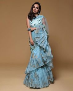 The latest Indian saree designs look-book is here! Take a look at some of the most amazing and new-age styles of draping your regular saree like a diva! Saree Draping Styles, Saree Styles, Drape Sarees, Dhoti Saree, Lehenga Saree, Chiffon Saree, Salwar Kameez, Indian Wedding Outfits, Indian Outfits