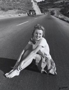 Fotografia feita em novembro de 1945 mostra Marilyn Monroe, aos 19 anos, sentada no meio da Pacific Coast Highway, Califórnia, Estados Unidos. Foi o primeiro ensaio da futura diva e atriz Marilyn Monroe.
