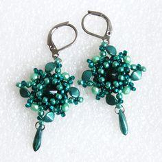 Pinwheels+08+-+rivoli,+chir.+ocel+Efektní+náušnice+vytvořené+z+postupně+obšívaných+skleněných+rivolek.+Pěkně+vyniknou+v+umělém+osvětlení.+Barevná+kombinace:+odstíny+smaragdové,+mentolová+Šířka+náušnice:+2,6cm+Délka+náušnice+od+očka+háčku:+3,9cm+Délka+náušnice+včetně+háčku:+5,4cm+Použitý+materiál:+skleněné+rivolky,+skleněná+pohanka,+pokovené+broušené... Pinwheels, Drop Earrings, Jewelry, Jewlery, Jewerly, Schmuck, Drop Earring, Jewels, Jewelery