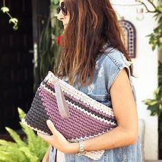 Aprende a tejer un Clutch de trapillo con solapa. Crochet Pouch, Crochet Art, Tapestry Bag, Finger Knitting, Macrame Bag, T Shirt Yarn, Handmade Bags, Crochet Projects, Purses And Bags