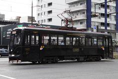 Okayama|岡山|3時間で巡る「伝説の岡山市」 初めての岡山市内観光コース - 晴れらんまん。おかやま旅ネット|出石町の町並み散策    レトロ電車に乗って出発!!  昭和44年より運行している最古の路面電車をリニューアルした「KURO」。外観は黒色に金色の帯、車内は木を多く使ってレトロ感を出しています。岡山市出身の世界的なデザイナー水戸岡鋭治氏のデザインです。  「KURO」の運行時間は時刻表をご確認ください。
