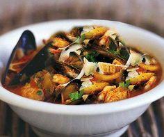 Ingredienti per 4 persone 1 kg di pesce per zuppa, 500 g di pomodori (pelati e privati dei semi), 2 cucchiai di prezzemolo tritato,