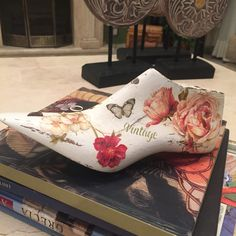 Horma de zapato antigua decorada con decoupage Paper Shoes, Driftwood Projects, Decoupage Furniture, Shoe Last, Stencils, Baby Shoes, Projects To Try, Ceramics, Crafts