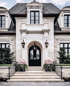 Ein historisches Sommerhaus in San Francisco voller Familiengeschichte - dream house luxury home house rooms bedroom furniture home bathroom home modern homes interior penthouse Future House, My House, House Trim, Grand House, House Siding, Style At Home, Design Exterior, Exterior Colors, Stone Exterior