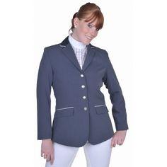 Chique wedstrijdjasje Het jasje is gedetailleerd waardoor hij mooi aansluit.Het jasje is vuilafstotend. De achterzijde is het jasje voorzien van splitten voor een optimale bewegingsvrijheid. De kraag is voorzien van een fluwelen randje en aan de voorkant zitten 2 buitenzakken.