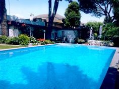 Propongo in vendita villa con piscina, ad Isola Sacra (Fiumicino), comprensiva di 3 unità abitative (villa bilivello, dependance e appartamento seminterrato) e di un ampio giardino. La zona è immersa nel verde ed è molto tranquilla e riservata. #dariodortaimmobiliare #immobiliare #villa #villaconpiscina #IsolaSacra #Fiumicino #vendesi