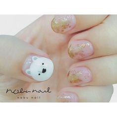 面積の広い親指の爪を上手に使って、可愛らしいシロクマさんを。ほかの指がシックな雰囲気なので、テイストの違う親指が際立ちます。