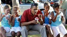 Barack obama - President with Sasha and Malia and friends Black Presidents, Greatest Presidents, American Presidents, American History, Michelle Obama, Mr Obama, Barack Obama Family, First Black President, Mr President
