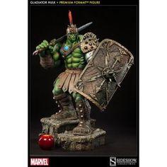 Sideshow Collectibles presenta esta estatua de la línea ´Premium Format´, tamaño aprox. 76 cm. Figura de la historia del Planeta Hulk, lleva un casco detallado, armadura de cuero y falda escocesa, luchando bajo el nombre del gladiador, Cicatriz Verde, una espada pesada y un escudo, pero lleva un disco de obediencia restrictiva que lo mantiene bajo el control del Rey Rojo. Hecho a mano en escala 1:4, mide aproximadamente 76 cm de altura.  678,63 €