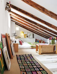 Why attic bedrooms are so cool? Today we share attic bedrooms full of beauty, we are sure that you'll want them as master bedrooms in your home. Attic Bedroom Designs, Attic Bedrooms, Bedroom Styles, Girls Bedroom, Master Bedroom, Attic Design, Upstairs Bedroom, Mattress On Floor, Interior And Exterior