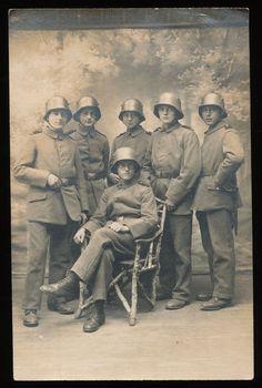 Foto-AK - Soldaten Gruppe mit Stahlhelm - 1.WK
