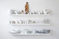 """>> Modern Loft << """"Unangestrengt, großzügig und leicht"""", so beschreibt Joanna Goetz ihren Wohnstil. Ihre Lieblinge: Weiß, coole Materialien. // Interior Design Wohnen Ideen Inspiration Dekoration Decoration Deko Inneneinrichtung Look Stil Loft Esszimmer Esstisch Tisch Weiß White"""