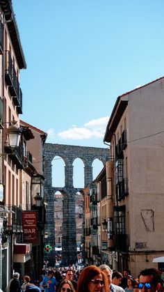 Segovia is the perfect city for a return trip from Madrid. Strolling through the day and getting to know the aqueduct and the Alcázar of Segovia will be a delight. Segovia Spanish