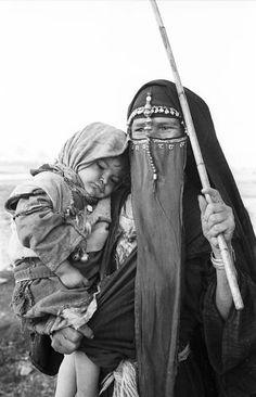 Africa |Bedouin woman and child. Abu sir, Egypt |©Eliot Elisofon. 1961