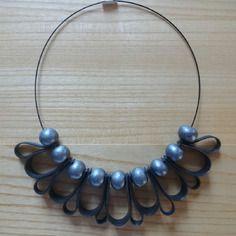 Collier en chambre à air recyclée et perles céramiques comme une fleur