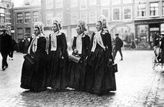 Vrouwen in vol ornaat op de Botermarkt in Kampen rond 1920.