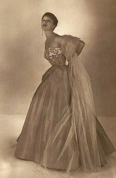 Jacques Fath A/H Photo Georges Saad. Jacques Fath, 1940s Fashion, Vintage Fashion, French Fashion Designers, Vintage Couture, Fashion Photography, Glamour, White Gowns, Collection