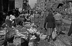 Market place in Polna street, Warsaw 1946, photo: Edward Falkowski / CFK / Forum - photo 1