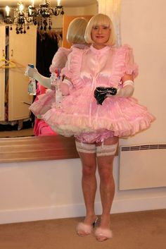Sissy Hypnosis Maid Isla cleaning the mirror like a good maid should and she look so happy in her work.