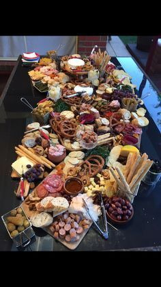 Traditionally an Italian dinner table has a fork and a knife on the left with a spoon on the right, there is usually there is bread set in the middle for all to eat. Food Platters, Cheese Platters, Antipasto Platter, Grazing Tables, Cheese Party, Snacks Für Party, Appetisers, Food Presentation, Finger Foods