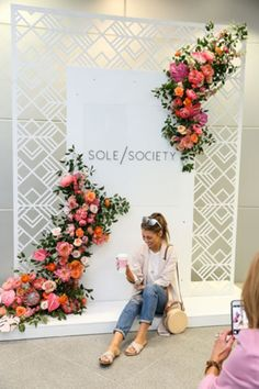 15 Fresh Ideas for Flower Walls Shoe brand Sole Society hosted a lunch at Marie Gabrielle Restaurant in Dallas in April. The influencer-heavy event had Palm Springs-inspired. Flower Wall Backdrop, Floral Backdrop, Wall Backdrops, Photo Booth Backdrop, Photo Backdrops, White Backdrop, Backdrop Ideas, Wall Of Flowers, Backdrop Design