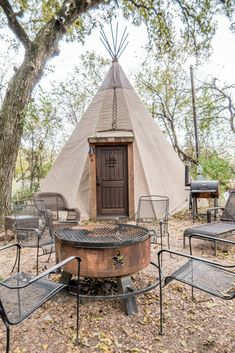 Check out these luxury tipi rentals outside of New Braunfels, Texas. Book the best tipi New Braunfels has! Living Haus, Tent Living, Outdoor Living, Camping Am Meer, Camping Glamping, Camping Gear, Teepee Tent Camping, Backpacking Meals, Ultralight Backpacking