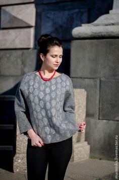 Кофты и свитера ручной работы. Ярмарка Мастеров - ручная работа Валяный свитер с ручной набойкой  из коллекции Горожанка. Handmade.